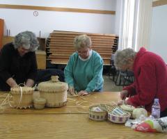Les femmes fabrique des paniers à la main