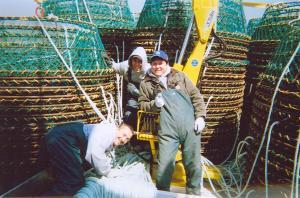 Pour pouvoir placer toutes ces cages sur le bateau ont utilise un bras hydraulique pour être capable de les empiler une par-dess