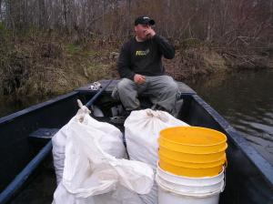 Après avoir collectionné un sac de tête de violon ces homes retournent à la maison en bateau pour les nettoyer.