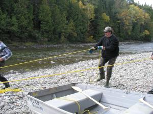 Ces homes de Gespeg pêchent le saumon différemment que les homes de Listuguj, l'eau est différente ainsi que les filets.