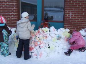 De nous jours les enfants construisent des igloos pour se mètrent à l'abri du froid.
