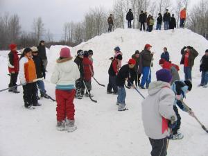 Les élèves de l'école AGS à Listuguj sont dehors en train de jouer au hockey sur bottines