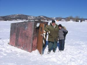 La plupart des cabanes à pêche sont construit avec des  skis au dessous pour pouvoir transporter les cabanes à pêche dans la nei